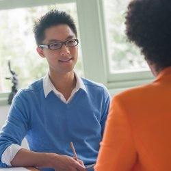 Deux personnes sont en train de conduire un entretien d'évaluation professionnelle